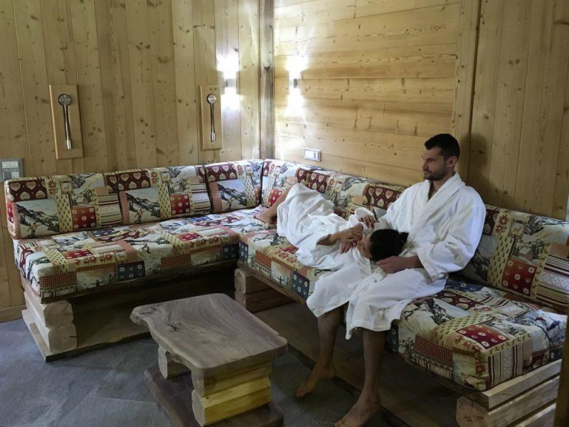 couple-salon-appartement-2-alpes-location
